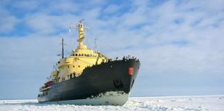 Suomalainen jäänsärkijä avaa väylää aurinoisessa pakkassäässä