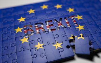 Palapeli, jossa Euroopan lipun 12 kullanväristä tähteä ja keskellä lukee Brexit