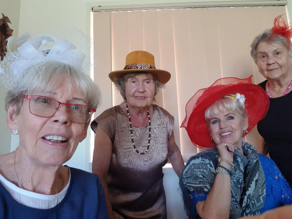 Glada fruar med fina hattar